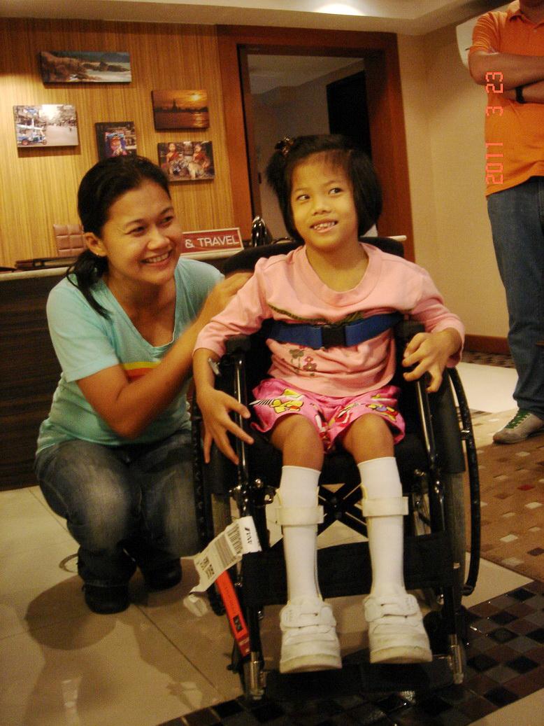 初めて車いすを受け取って嬉しそう(タイ)