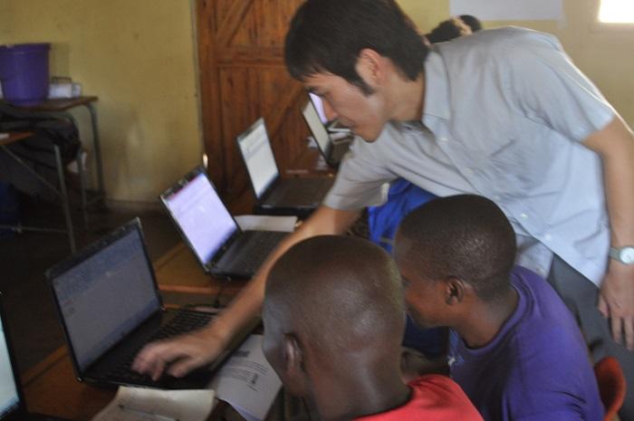 マラウイでのパソコン指導の様子